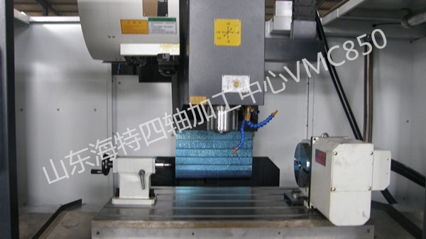 """标准配置: 1、机床底座、立柱、主轴箱体、十字滑台、工作台等基础件全部采用高强度消失模铸造成型技术,内部金相组织稳定,确保基础件的高稳定性。铸件结构经过机床动力学分析和有限元分析,使其几何结构更加合理,与加强筋的恰当搭配,保证了基础件的高刚性与高强度。宽实的机床底座,箱形腔""""人""""字型立柱、加宽加长的床鞍、负荷全支撑的设计,结构符合材料力学的先进设计理念,可确保加工时的重负载能力。 2、高刚性、高精密主轴:采用台湾健椿隆主轴BT40-150mm。 3、采用台湾律廷C3级高精密、高强度滚"""